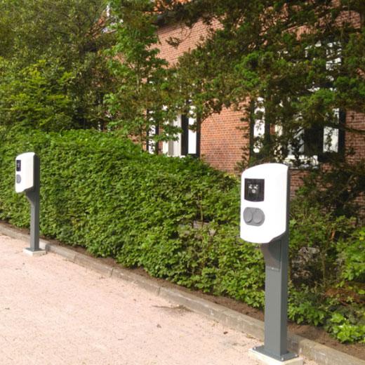 voitures électriques avec bornes en collectivités